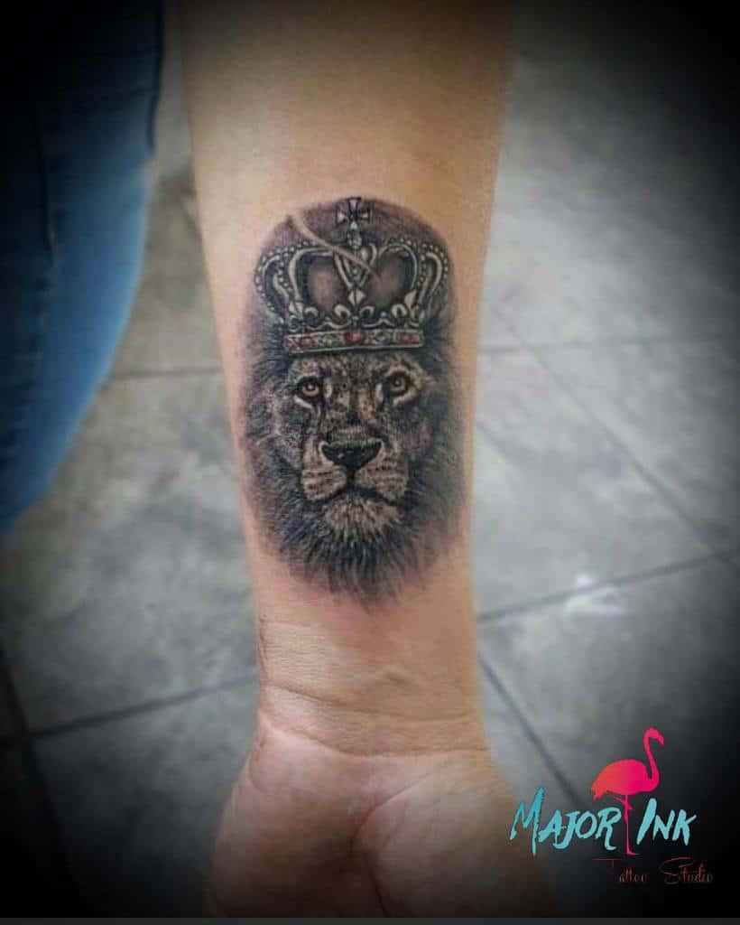 Tatouages de poignets de petits lions major_ink_studios