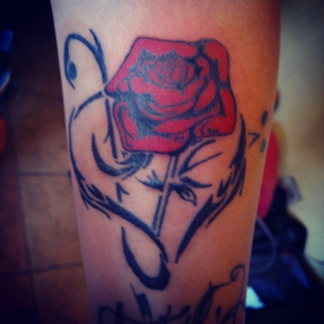 tatouages de roses tribales sur l'avant-bras rebelliontattoos1
