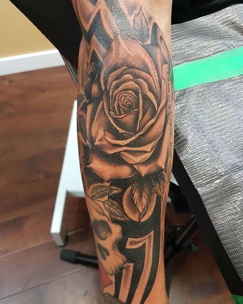 tatouages de roses tribales sur l'avant-bras tatouages par le studio 21
