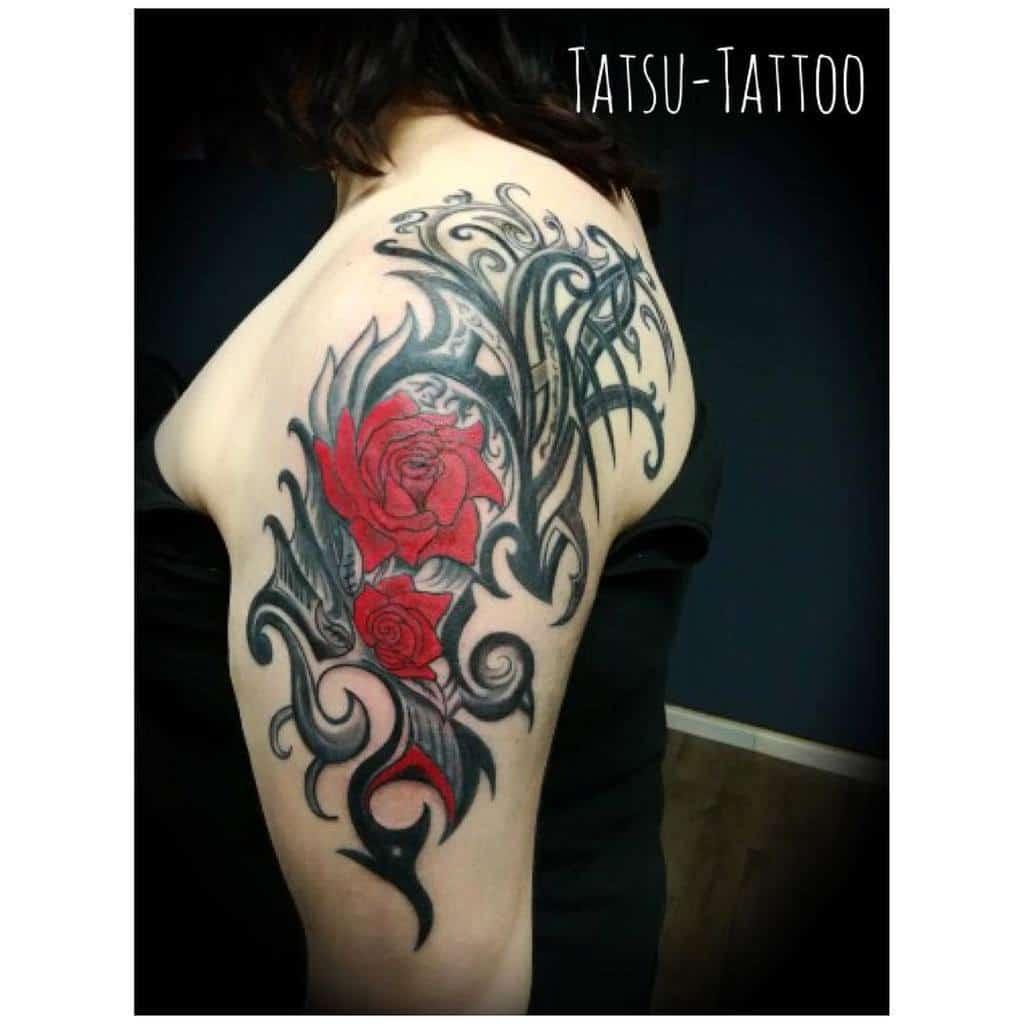 tatouages de roses tribales sur l'épaule tatsutattoo