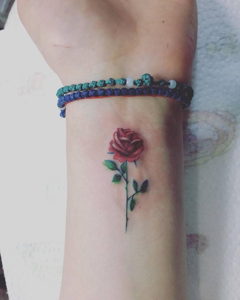 poignet minuscule rose tatouages luiiztattoos