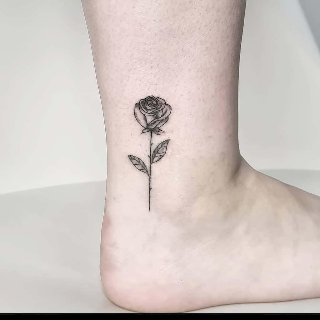 tatouages de cheville rose minuscule cado_rollo
