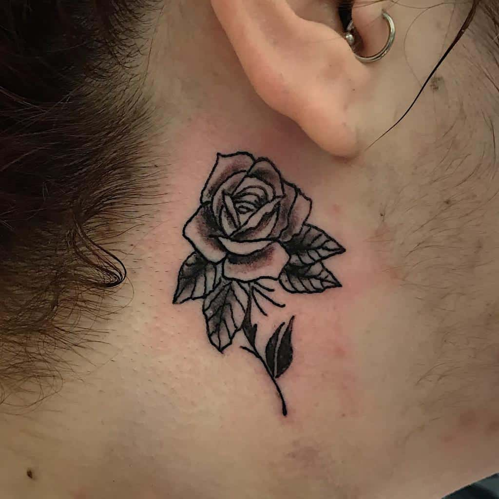 oreille minuscule rose tatouages rossiprojets