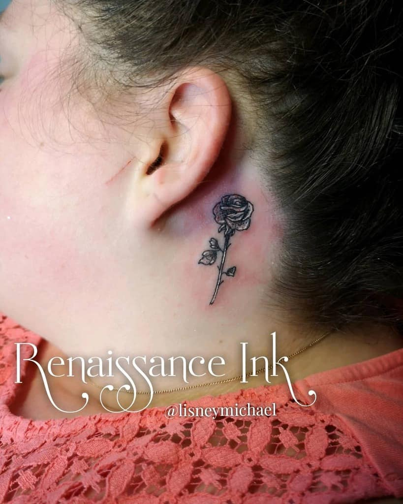 oreille minuscule rose tatouages tatouage.lisneymichael