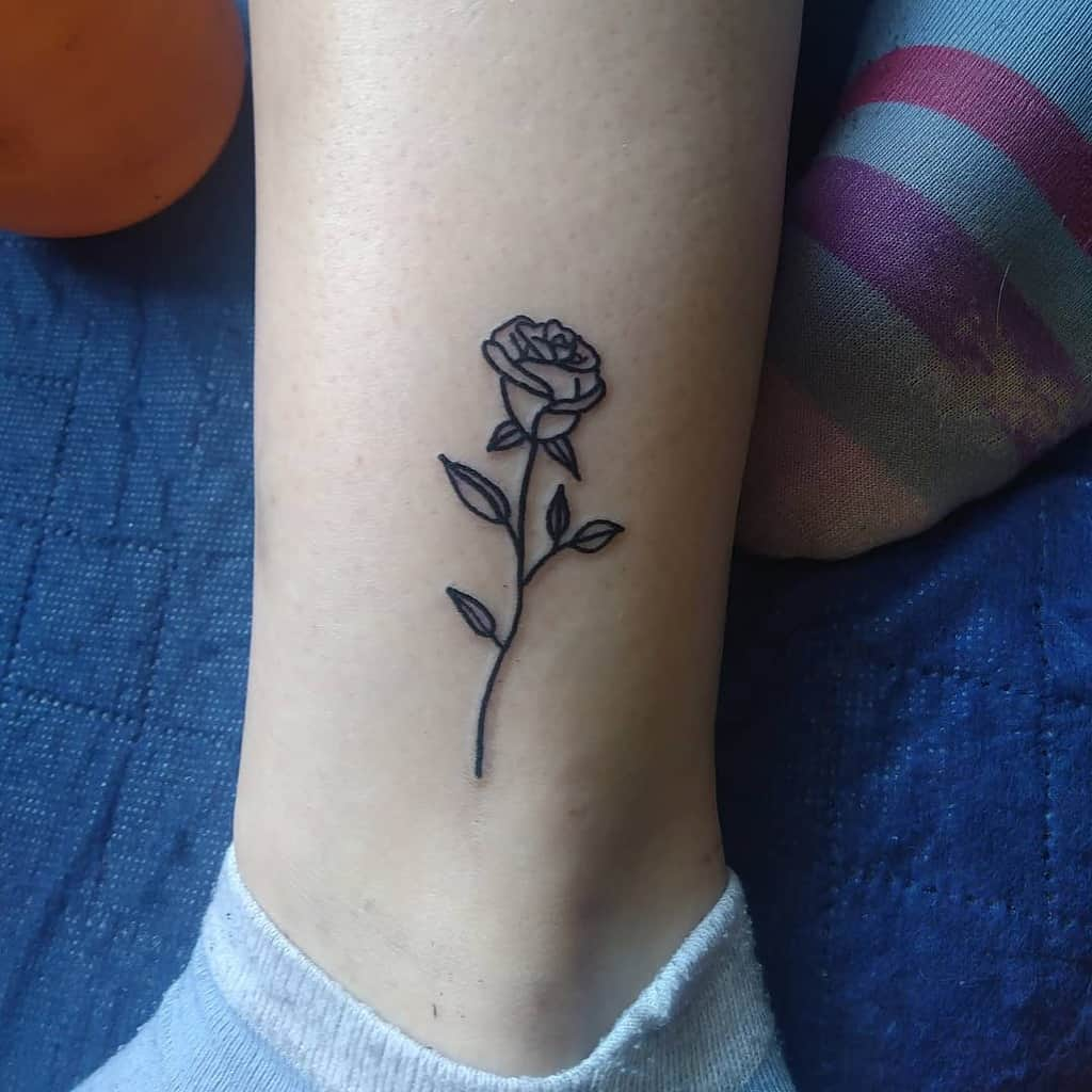 contour des petits tatouages de roses s.h.a.r.k.tattoo