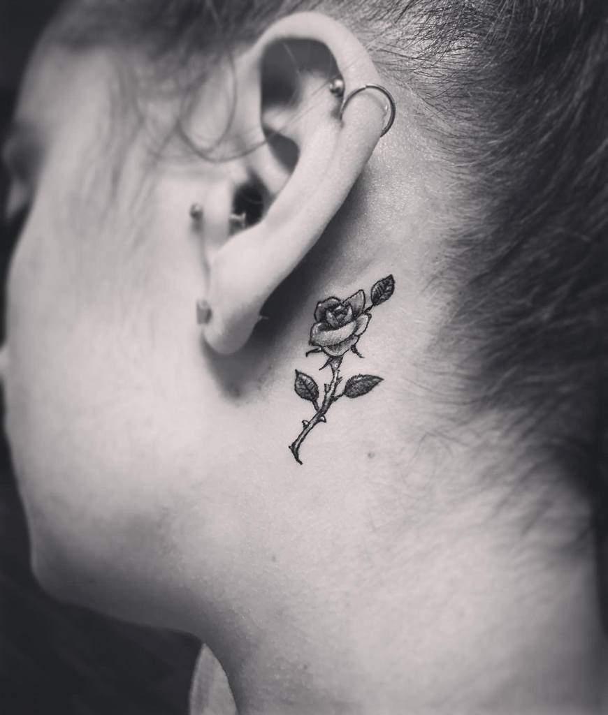 oreille minuscule rose tatouages bluerose_tattoos