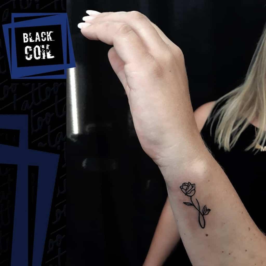 poignet minuscule rose tatouages black_coil_tattoo