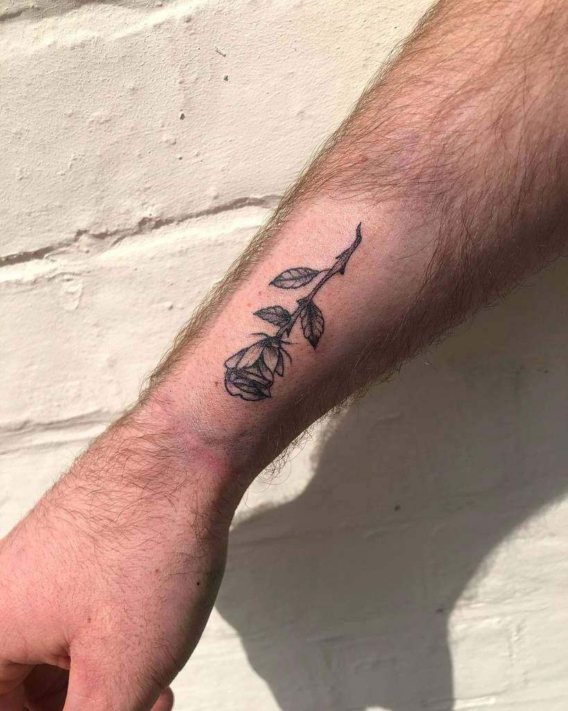 poignet minuscule rose tatouages blackmasktattoos