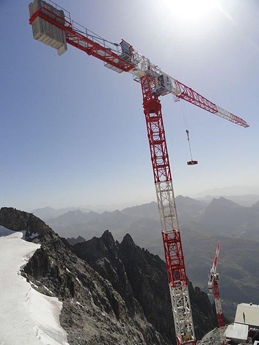 Grue à tour au sommet du Mont Blanc, France. (Kristoferb/CC BY SA 3.0)