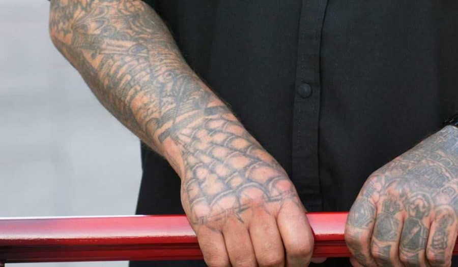 toile d'araignée-prison-tatouage à l'échelle