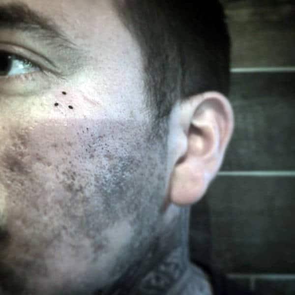 Tatouages à trois points, hommes, visage
