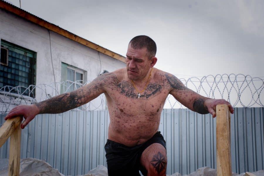 Un prisonnier russe lourdement tatoué