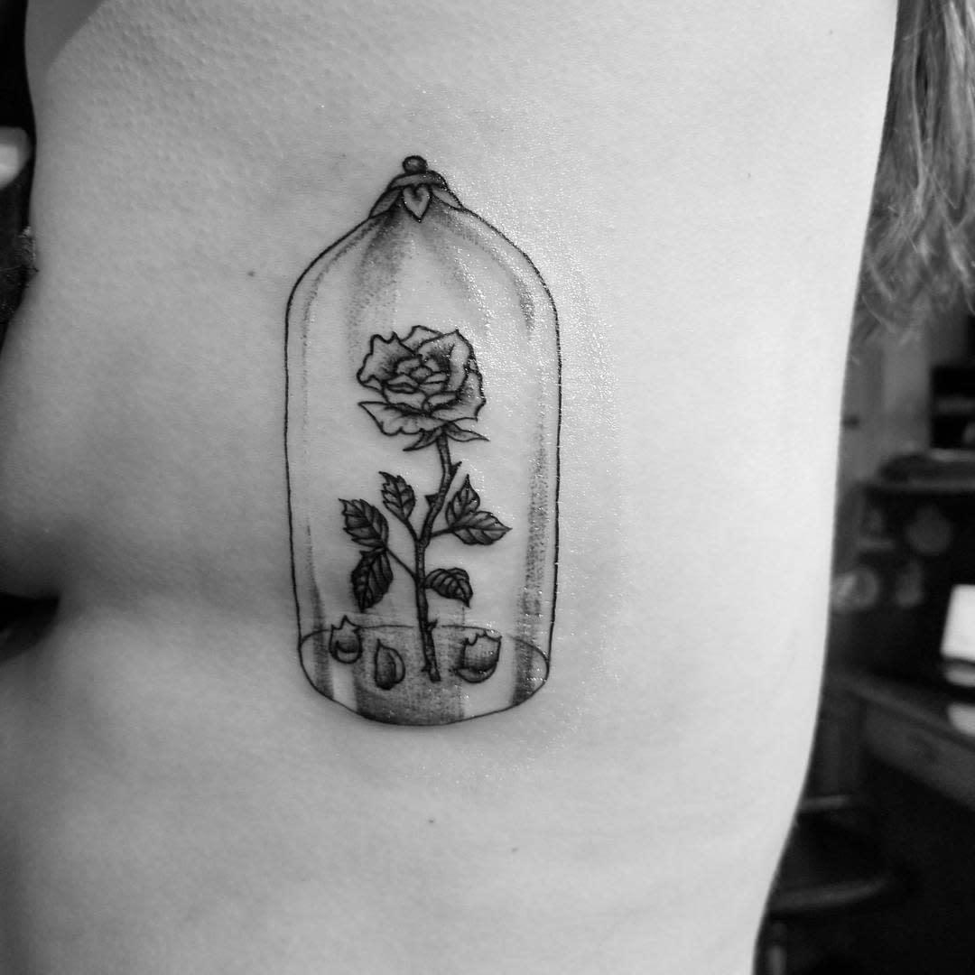 vitrail beauté et la bête rose tatouages kzy247365