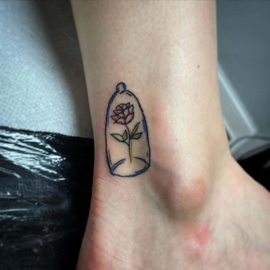 petite beauté minimaliste et la bête rose tatoue l'écrivainsierra