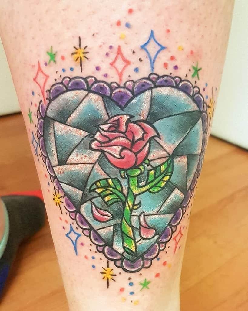 La beauté du vitrail et les tatouages de la rose des bêtes debaydeluxtattoo