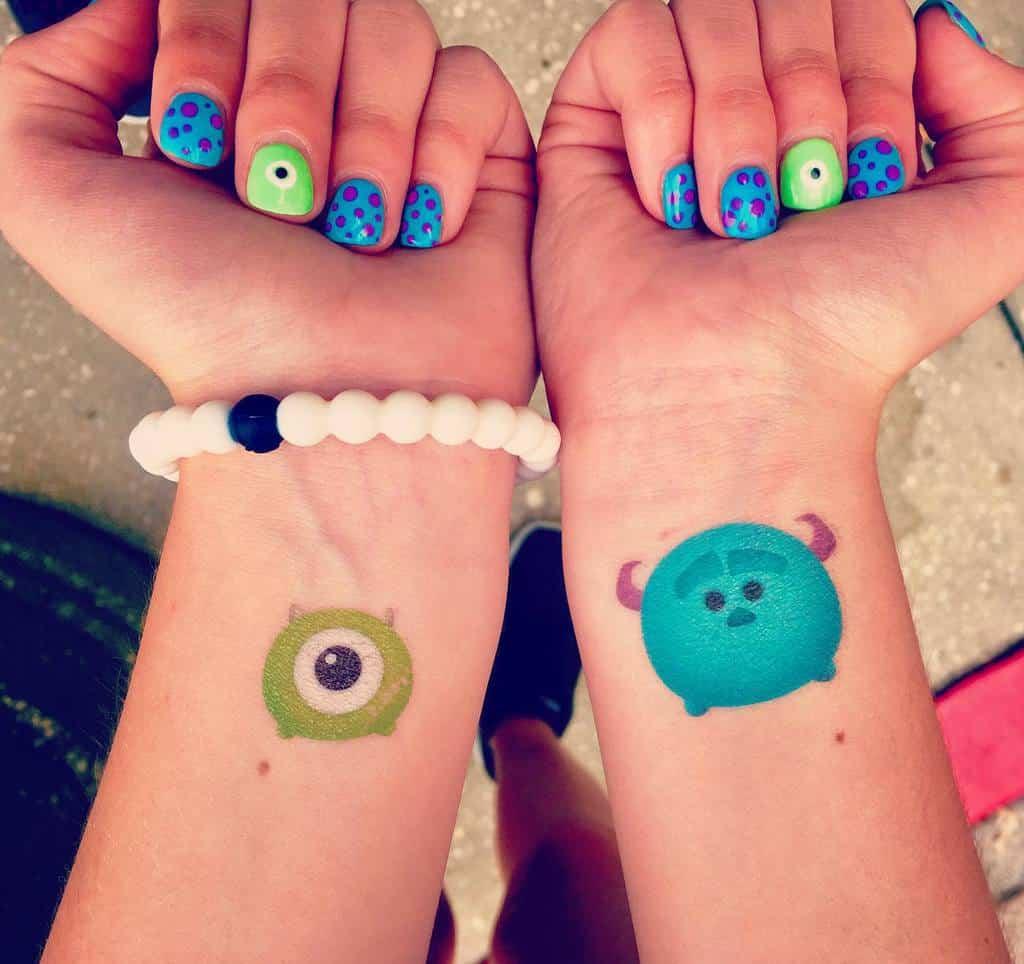 Tatouages de poignets Disney : un monde de folie