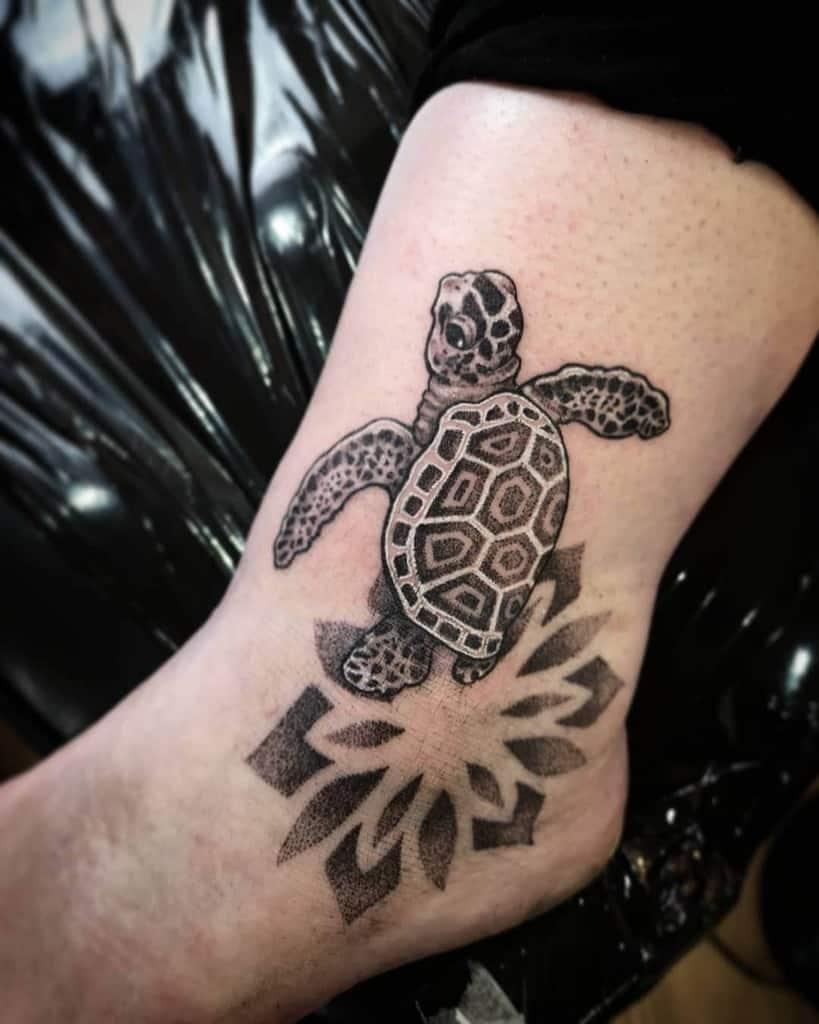 Tatouages de petites tortues noires cosmosaiste_tattoo