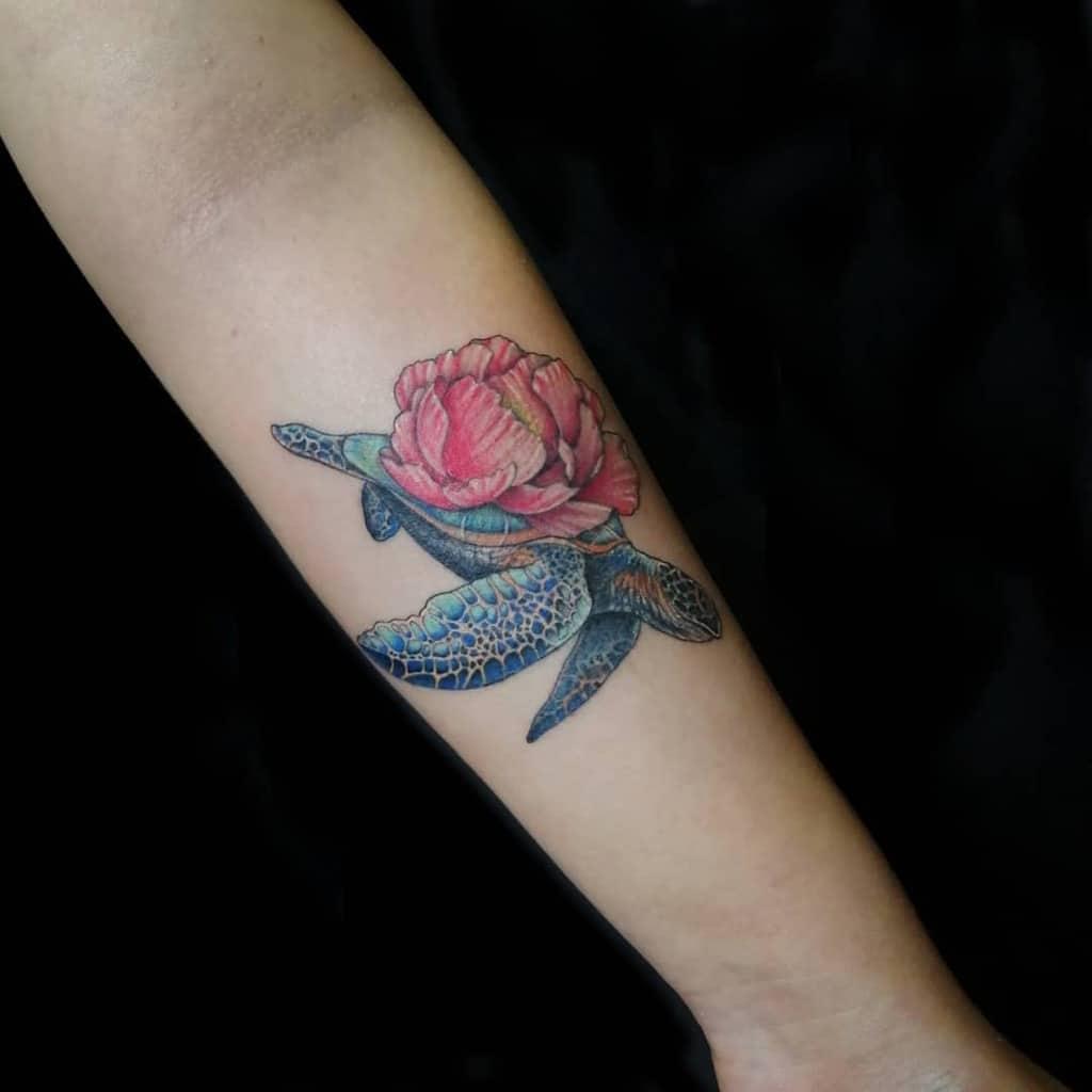Tatouages de petites tortues colorées dr.pain.tattoos