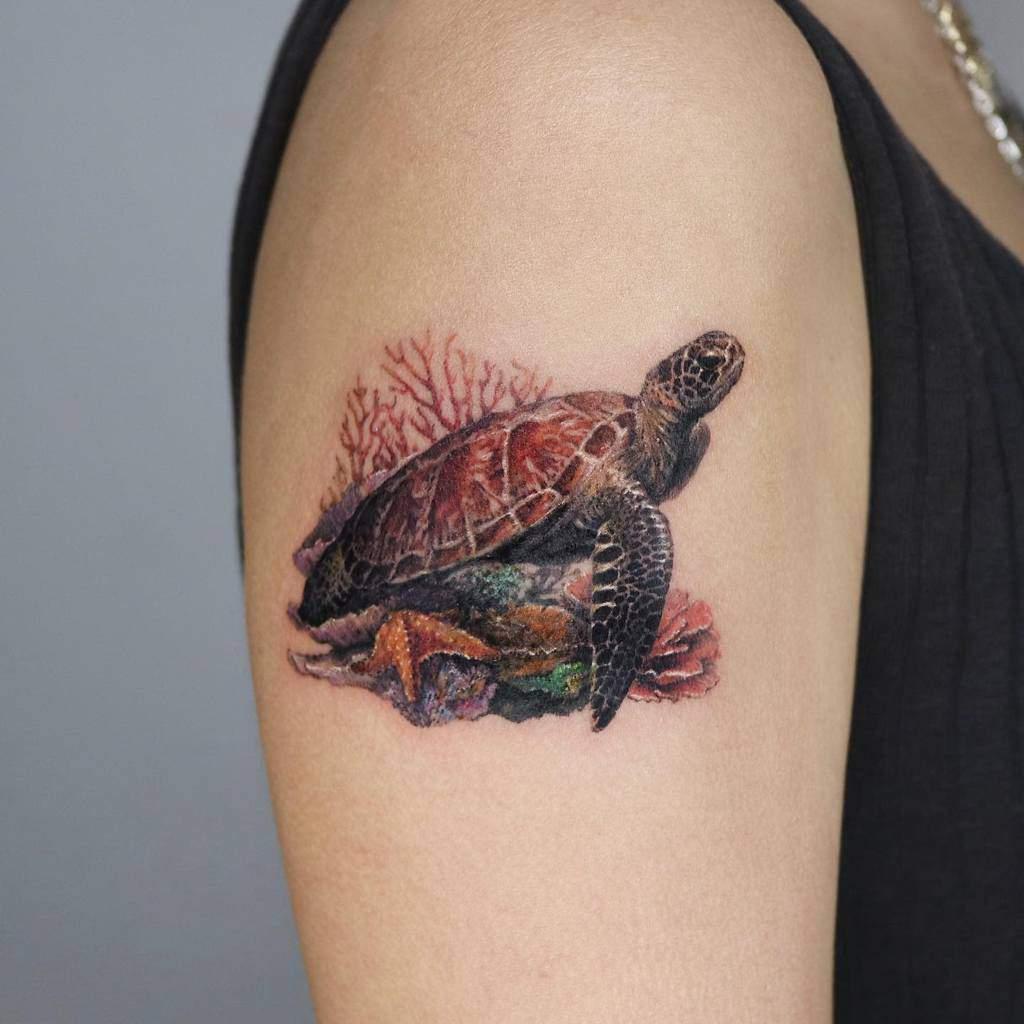 Tatouages réalistes de petites tortues à l'encre.traveler