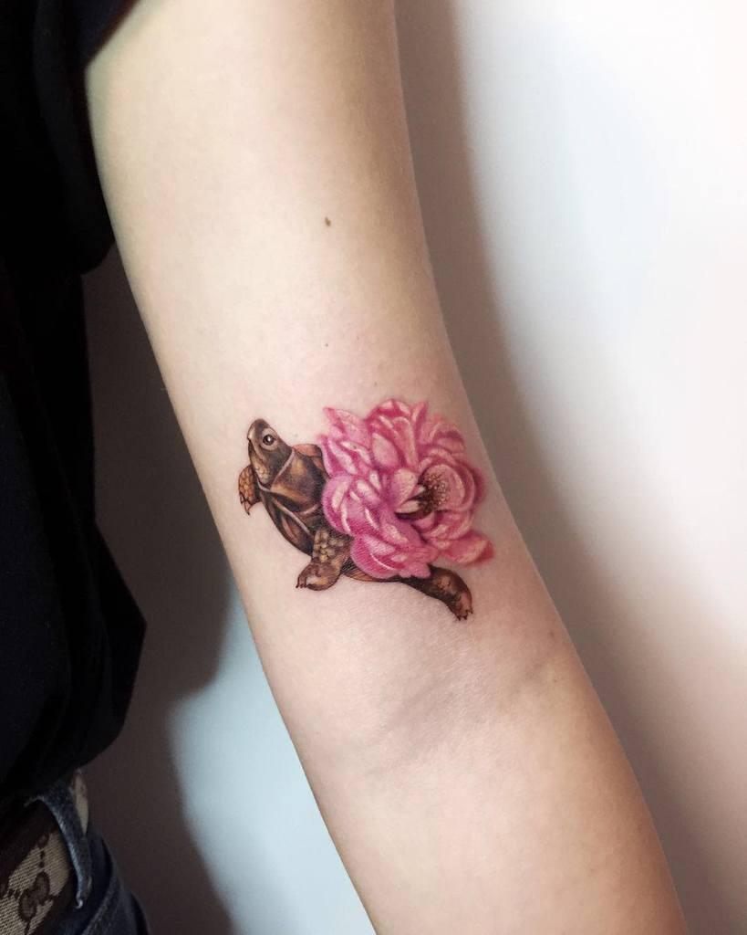 Tatouages de petites tortues à bras supérieur noemesystattoo