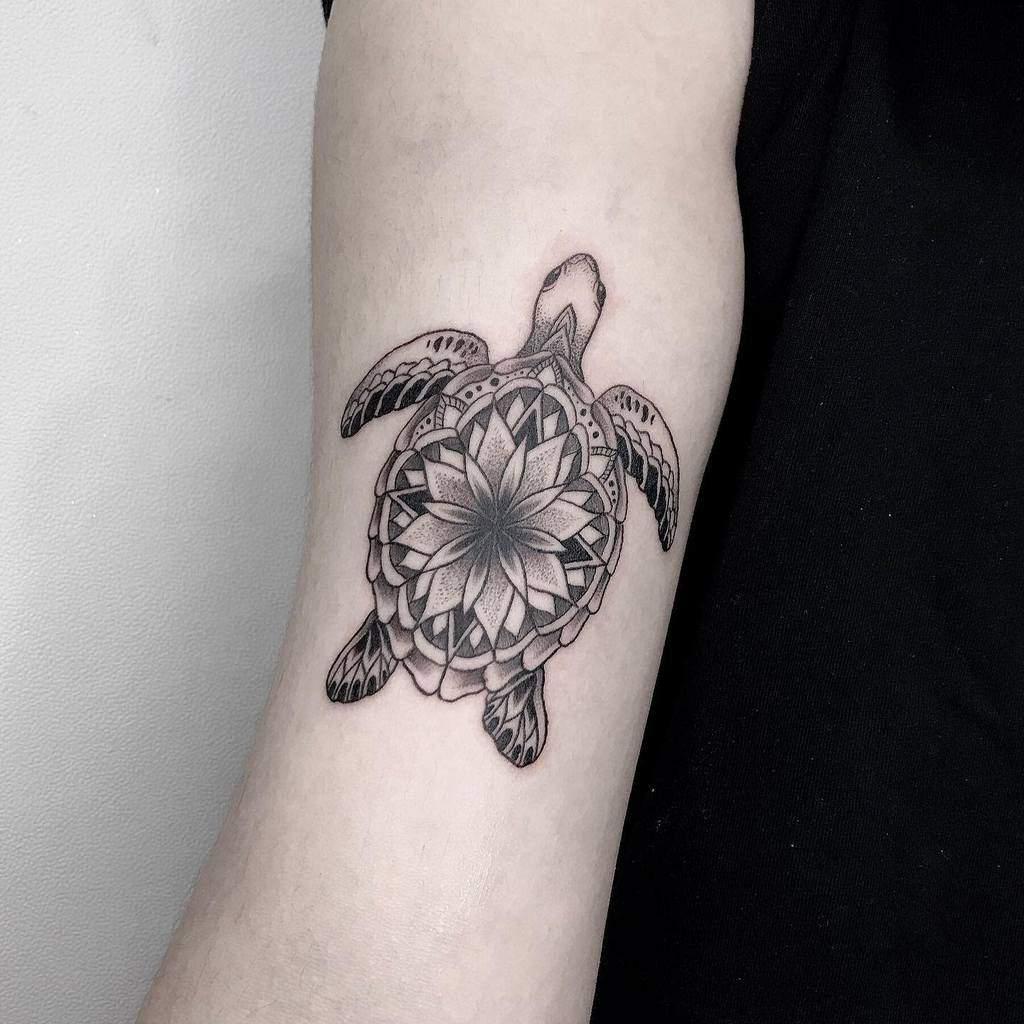 Tatouages de petites tortues noires joinn_tattooer