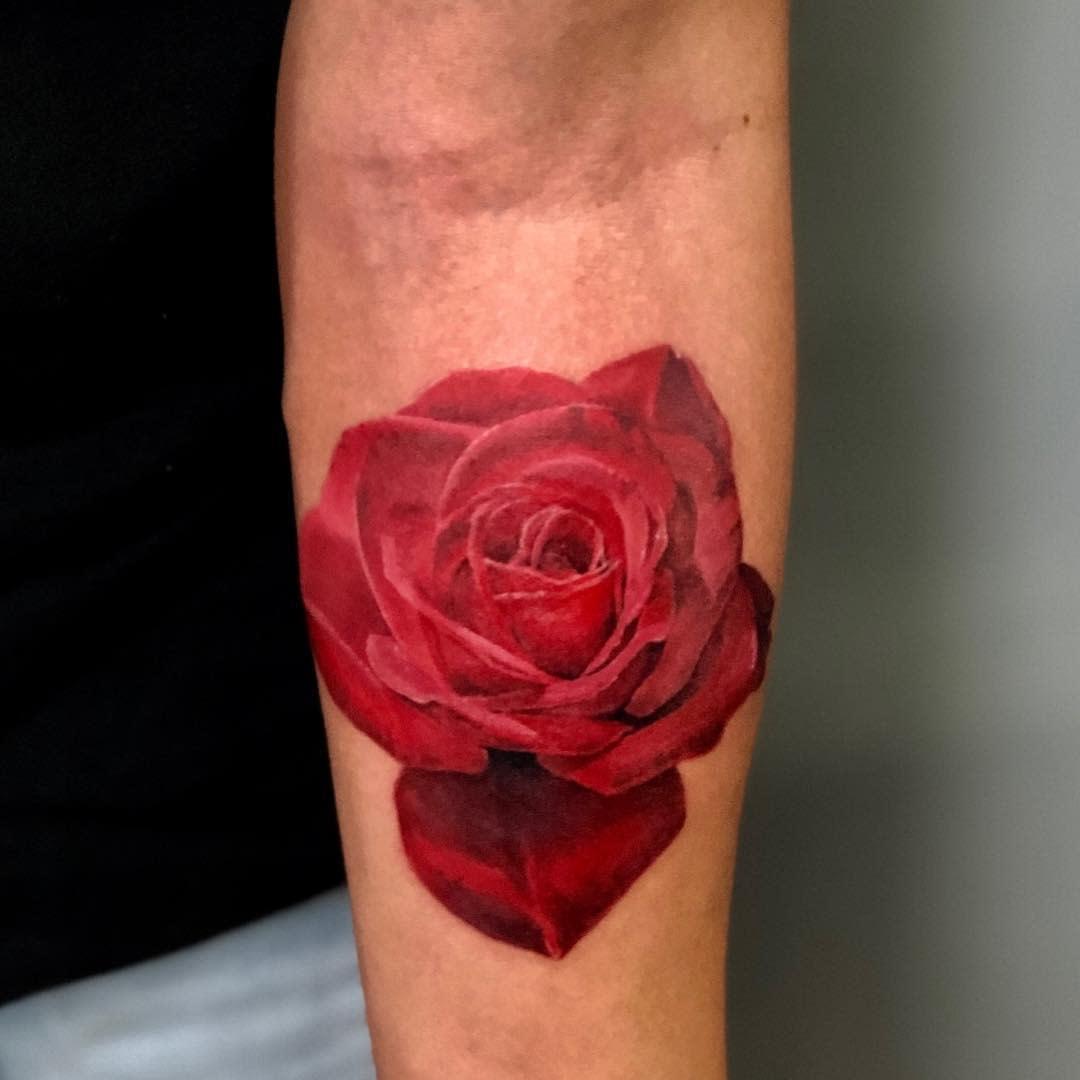 Tatouages simples et réalistes de roses tomas_teinture