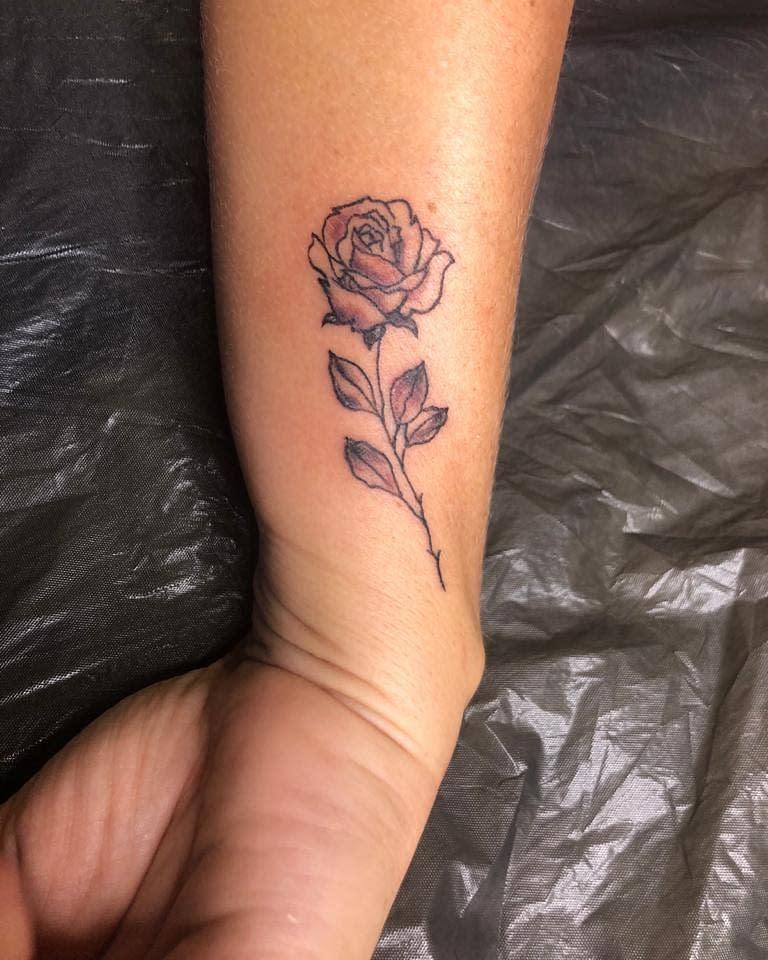 poignet simple rose tatouages inkaio_tattooer