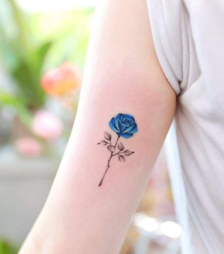 tatouages de rose bleue sur les bras xiso_ink