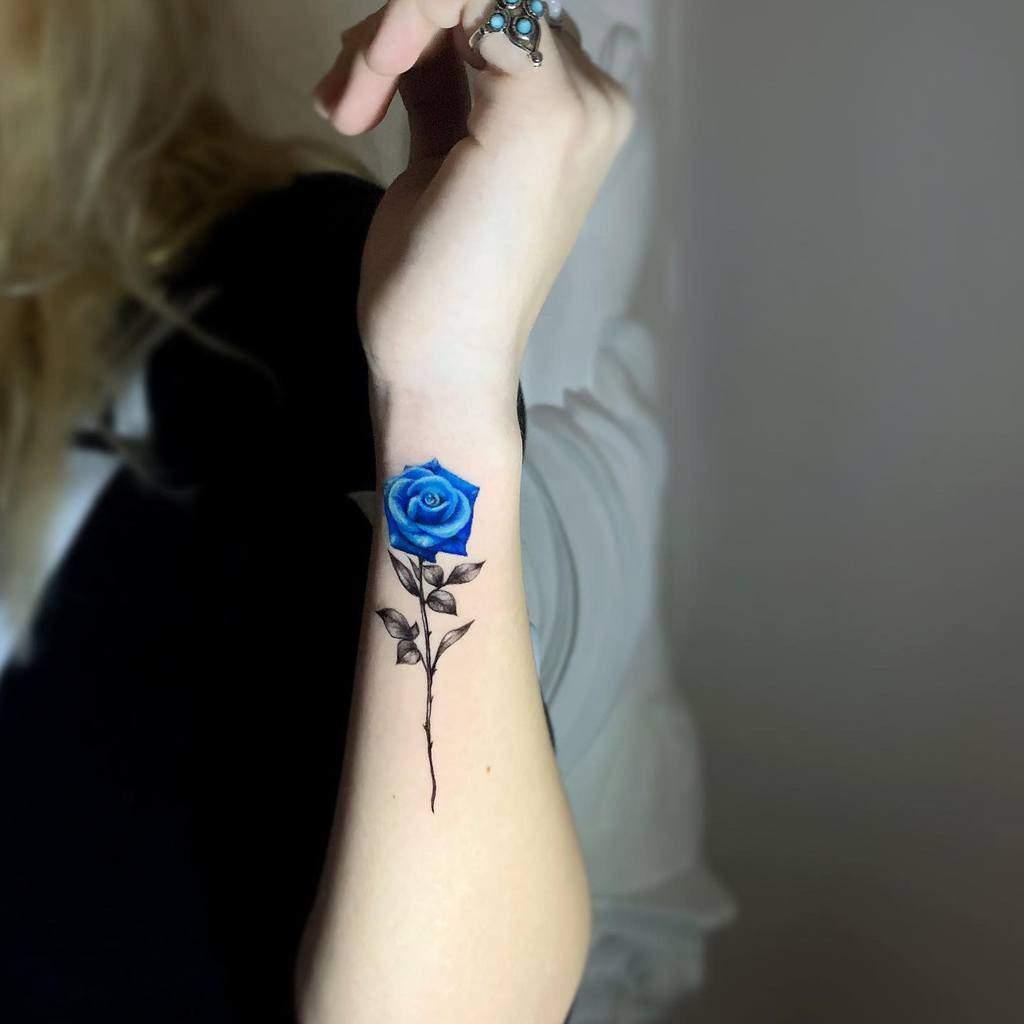 Tatouages réalistes de roses bleues malavida.tattoo
