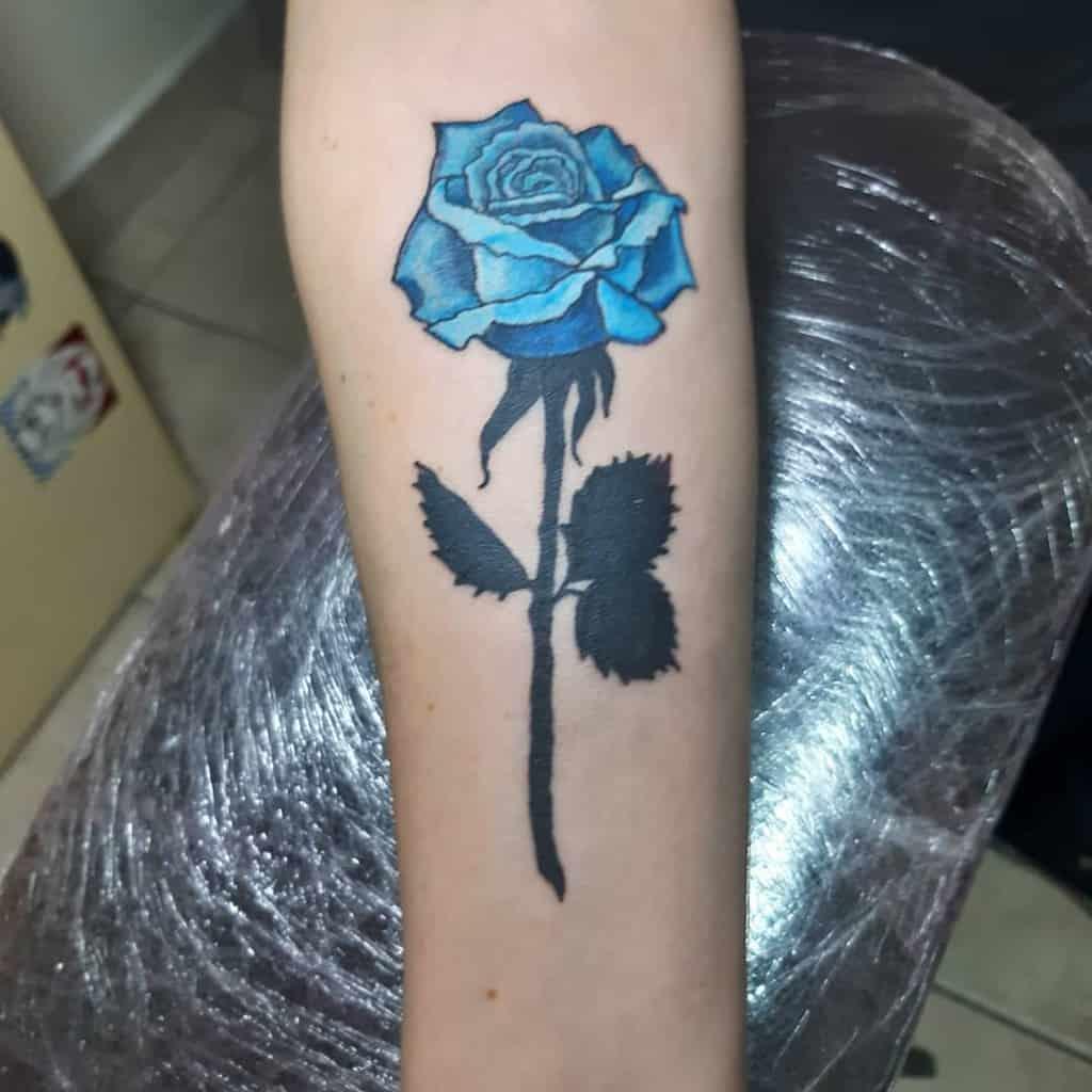 avant-bras bleu rose tatouages goranzutitattoo