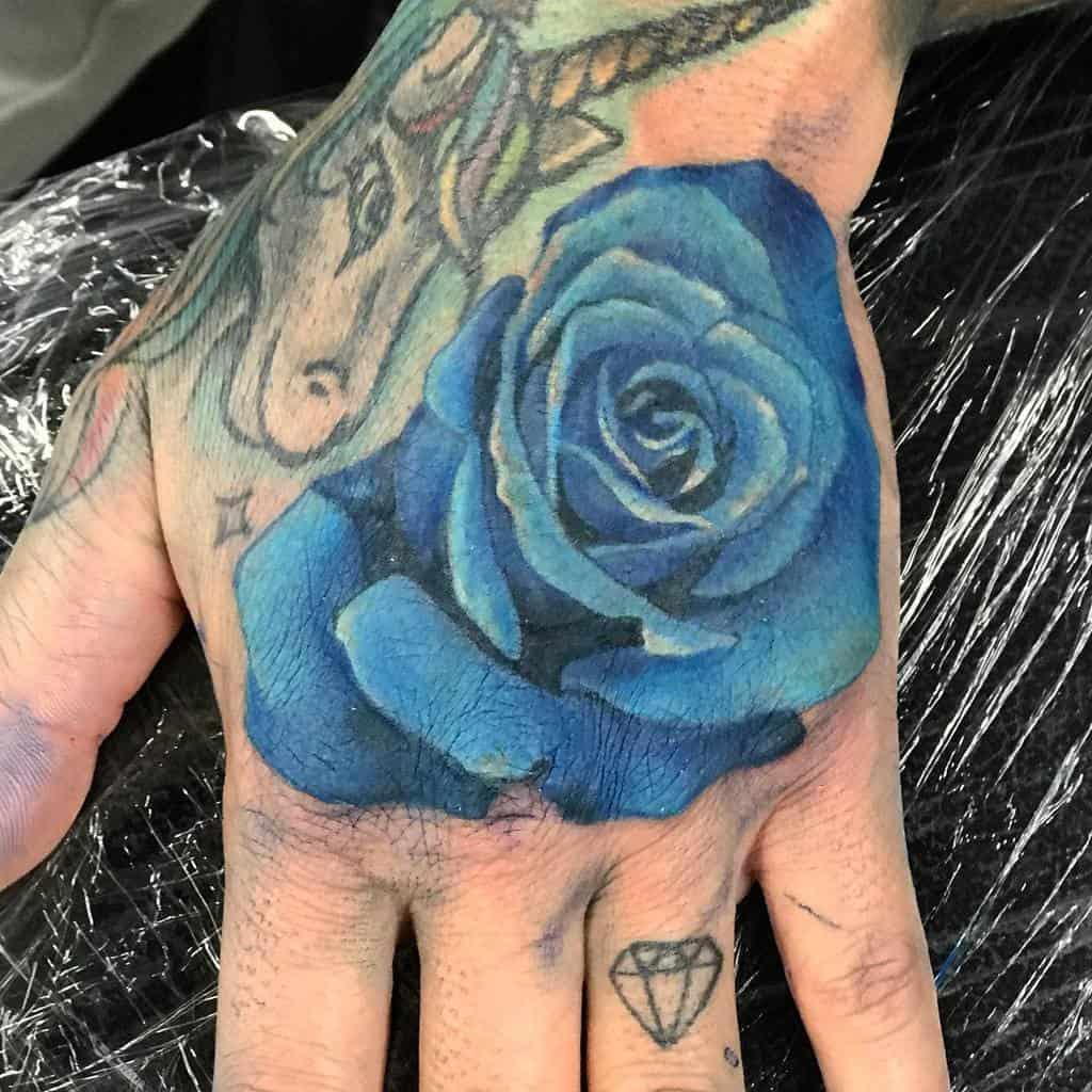 main bleu rose tatouages on_tattoos