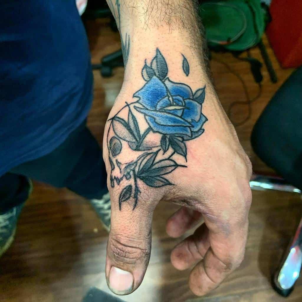 tatouages de rose bleue à la main the_well_is_deep