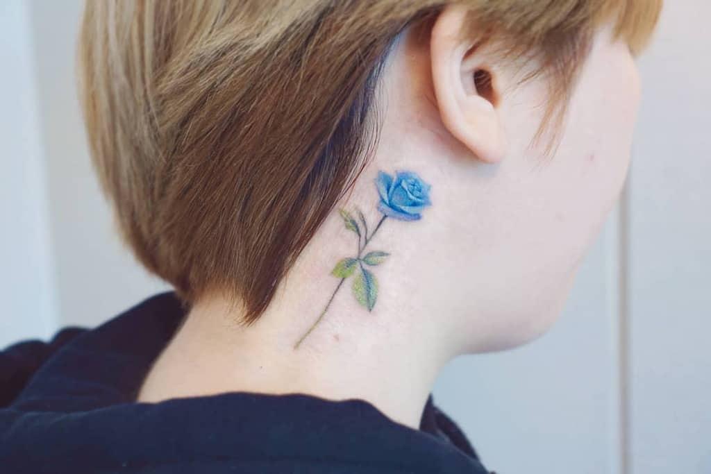 Tatouages de roses bleues dans le cou mj_tattooer