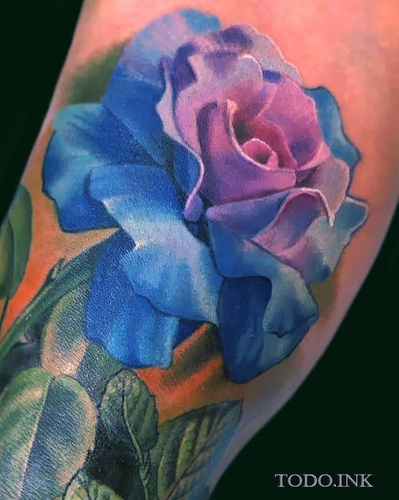 Tatouages réalistes de roses bleues abt_tattoo