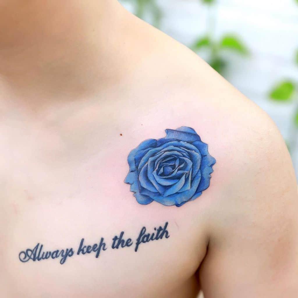 Tatouages de roses bleues sur l'épaule xiso_ink