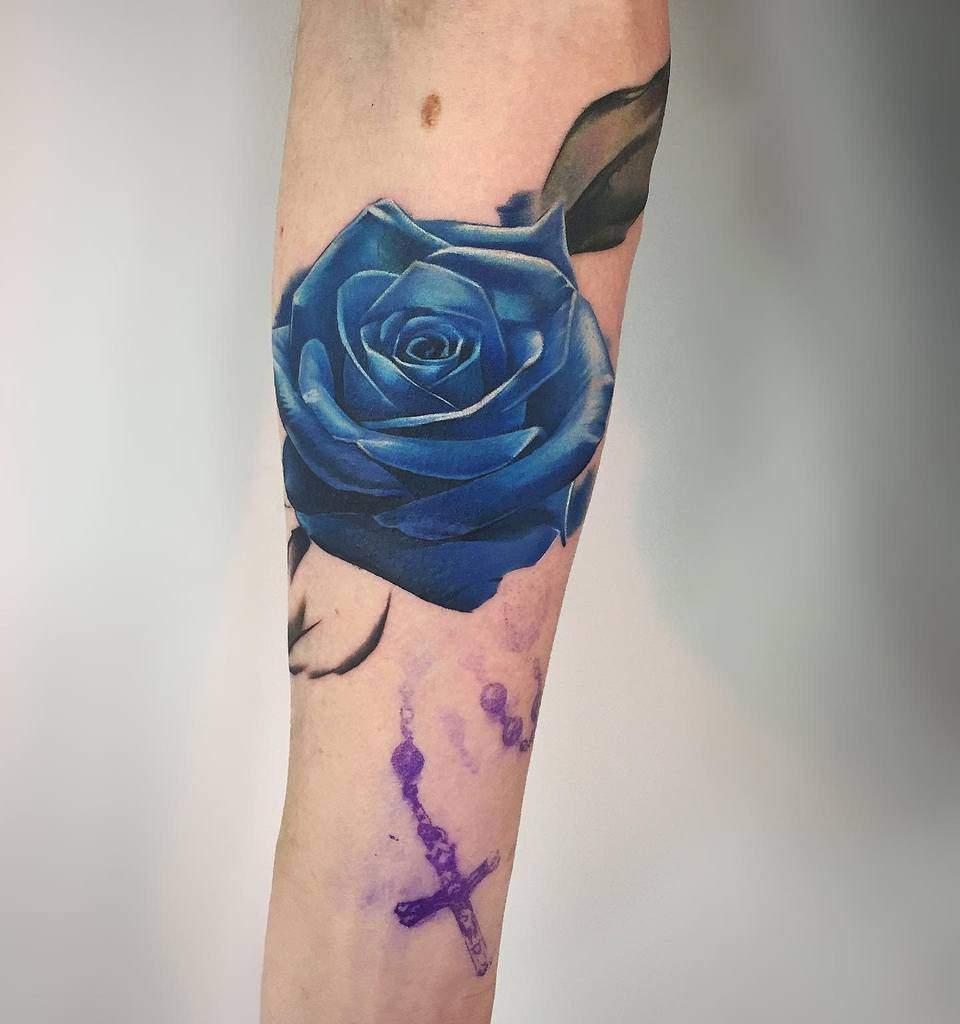 Tatouages réalistes de roses bleues swaghorntattoo