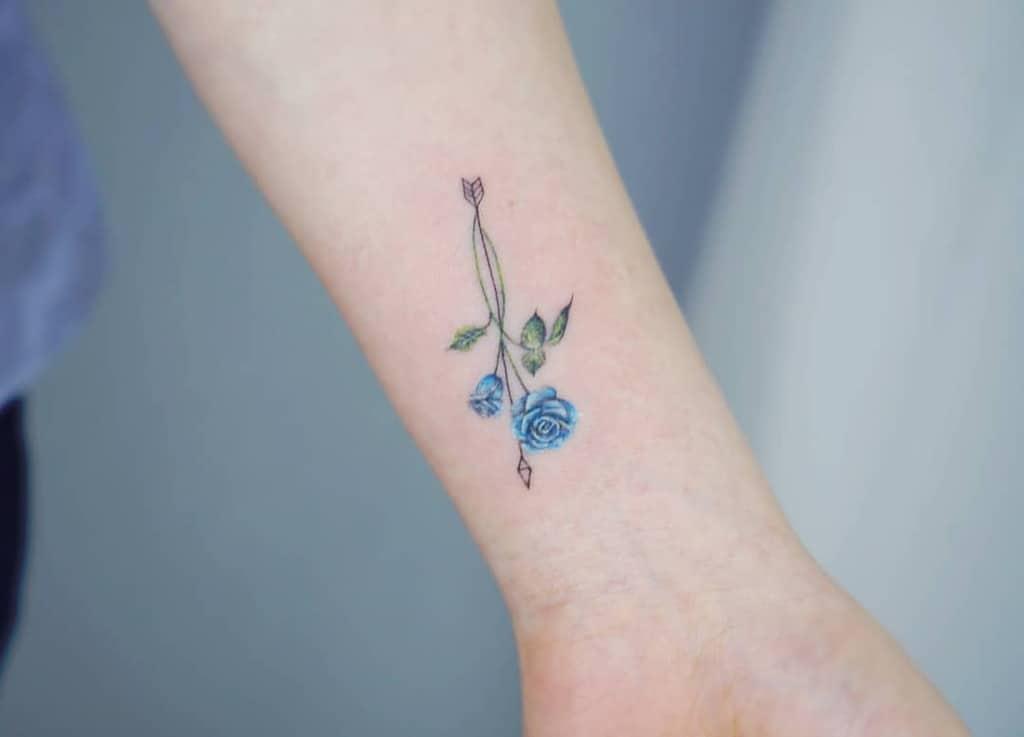 petits tatouages minimalistes à la rose bleue mj_tattooer