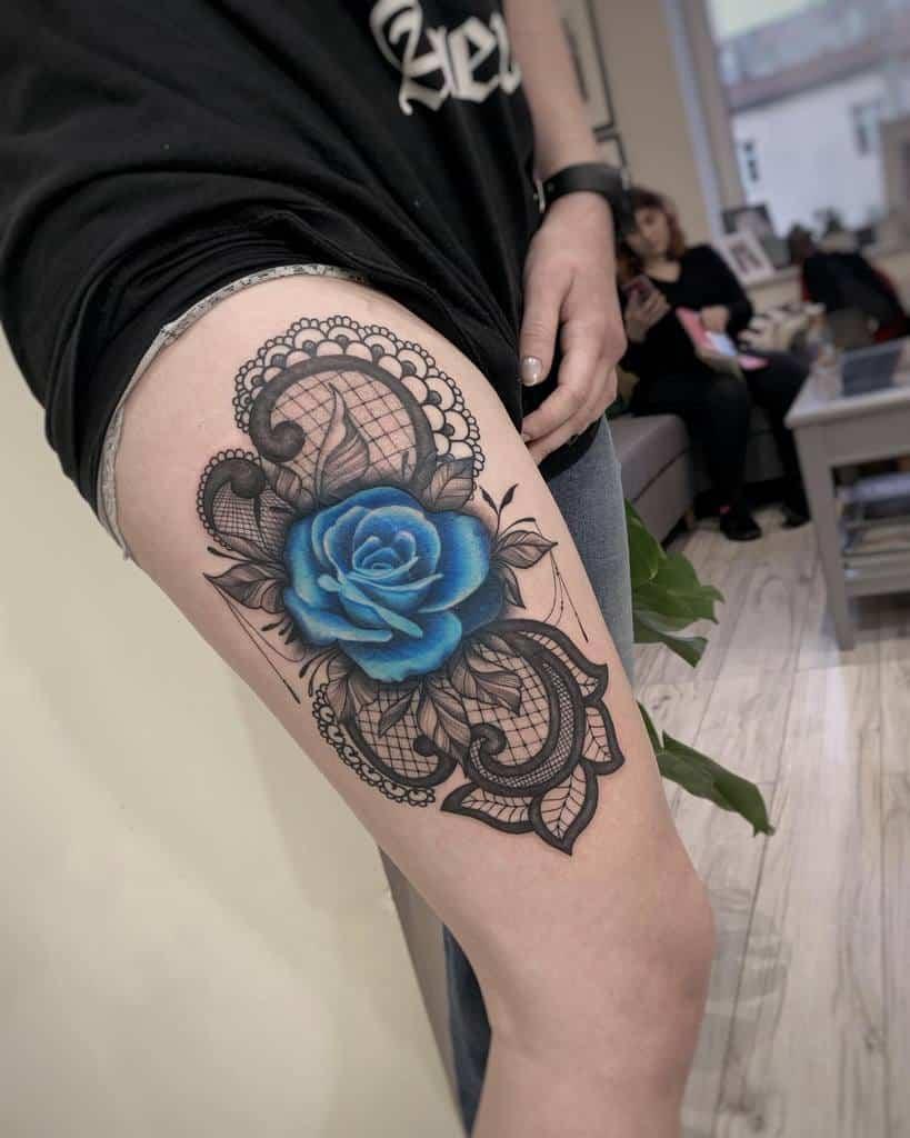 Tatouages roses bleus sur les cuisses ileprocentduszy