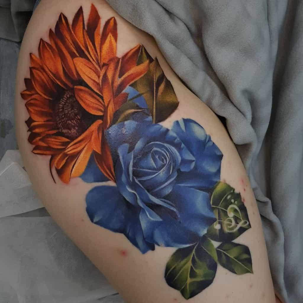 Tatouages de roses bleues sur les cuisses mad_louie