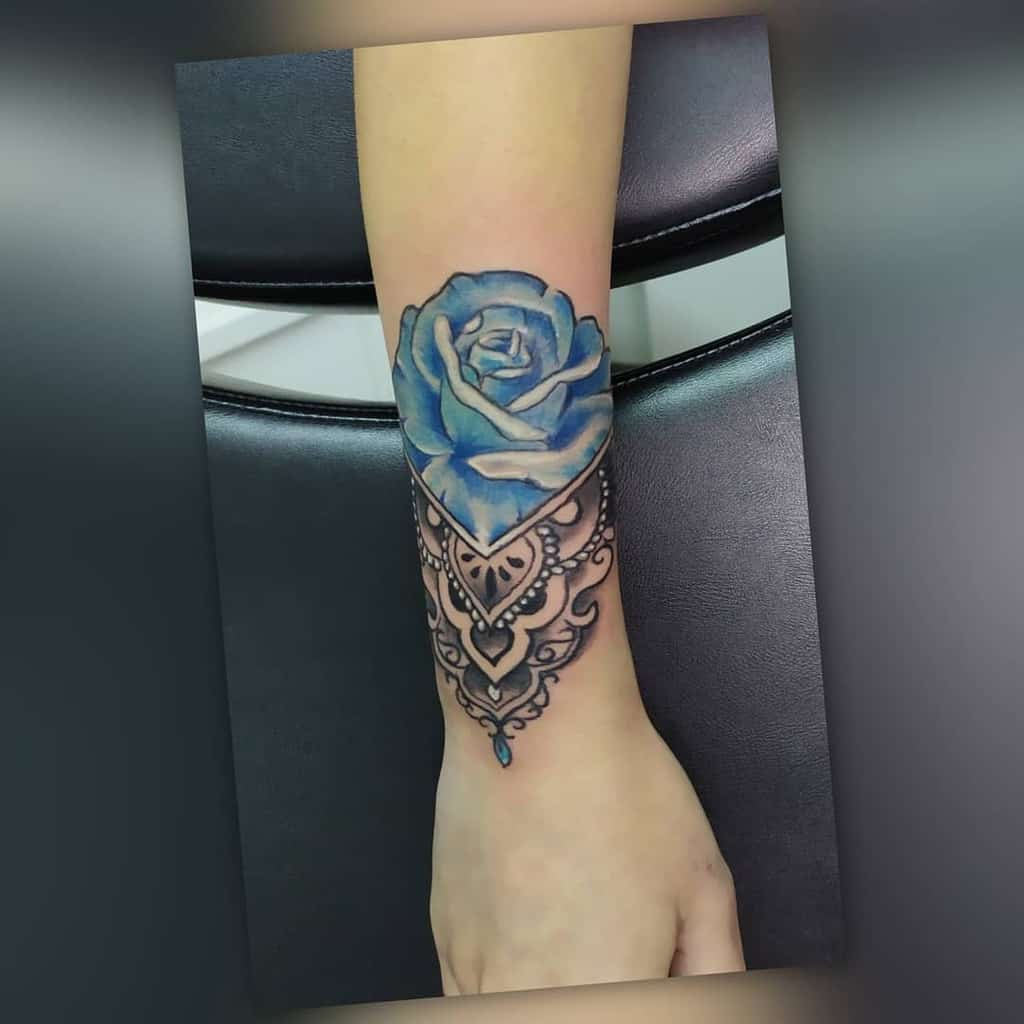 tatouages poignet rose bleue lemanrobert