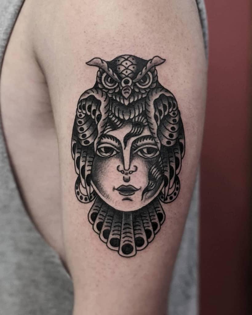 Tatouages de petits hiboux sur le bras d'un oiseau noir