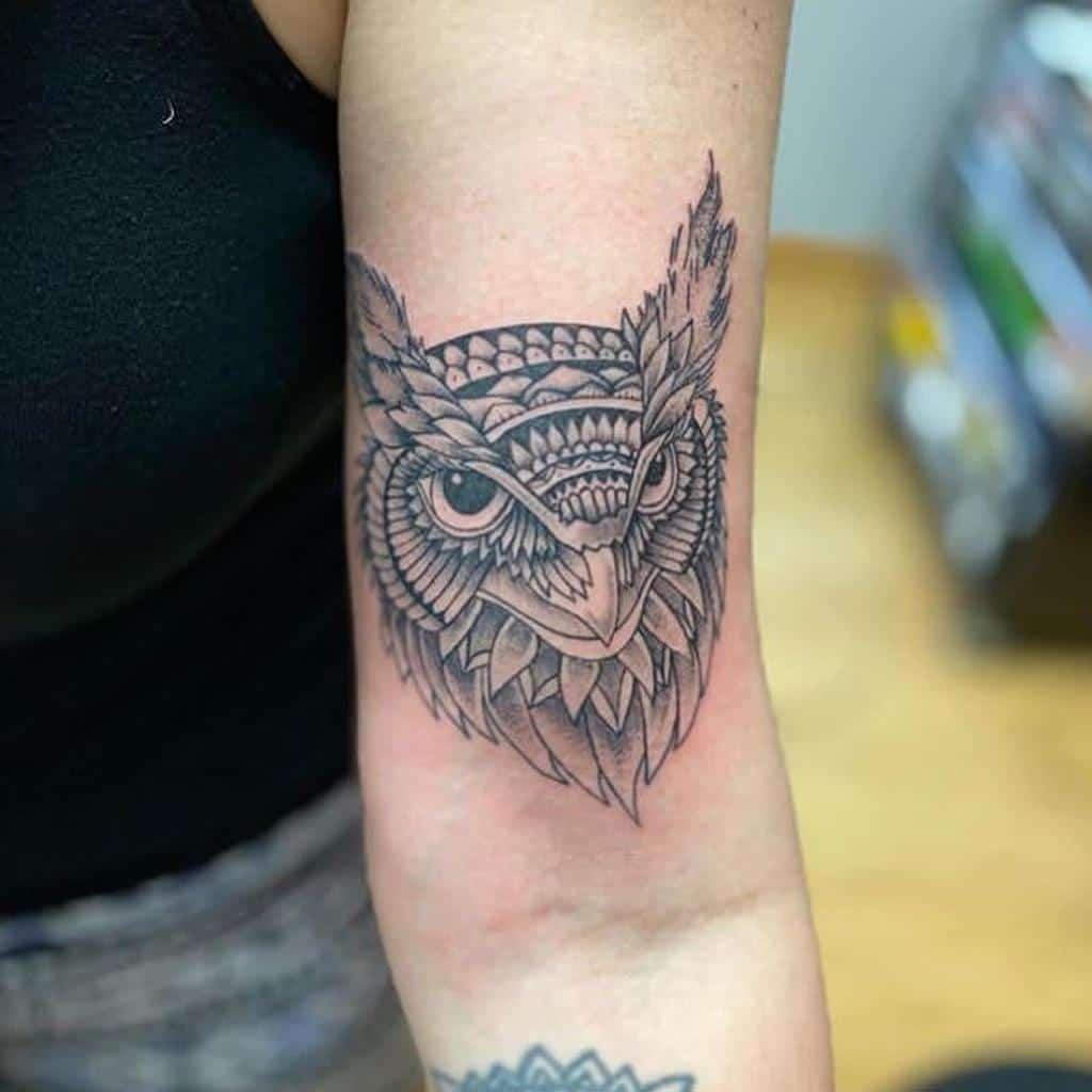 Tatouages du bras supérieur du petit hibou lotus_drops