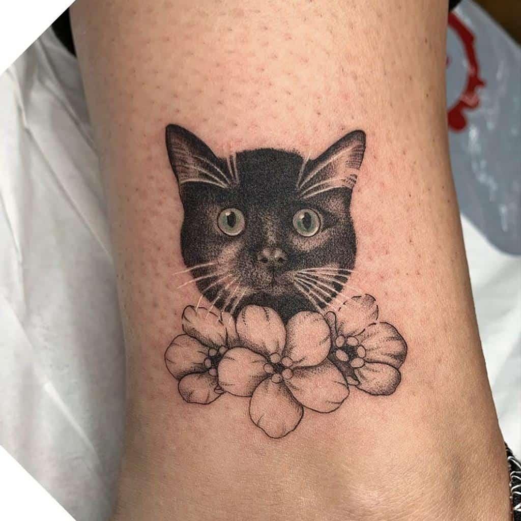 Petit chat noir Tatouages the.studio.tattoo