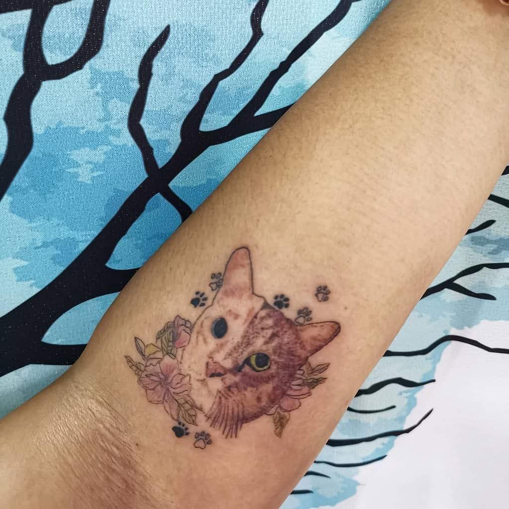 Tatouages d'avant-bras de petits chats avec joie