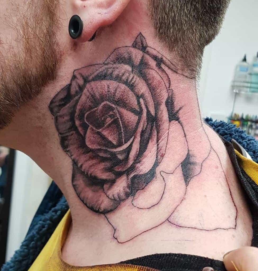 Tatouages en col de rose blackwork helen_tinc_etherington