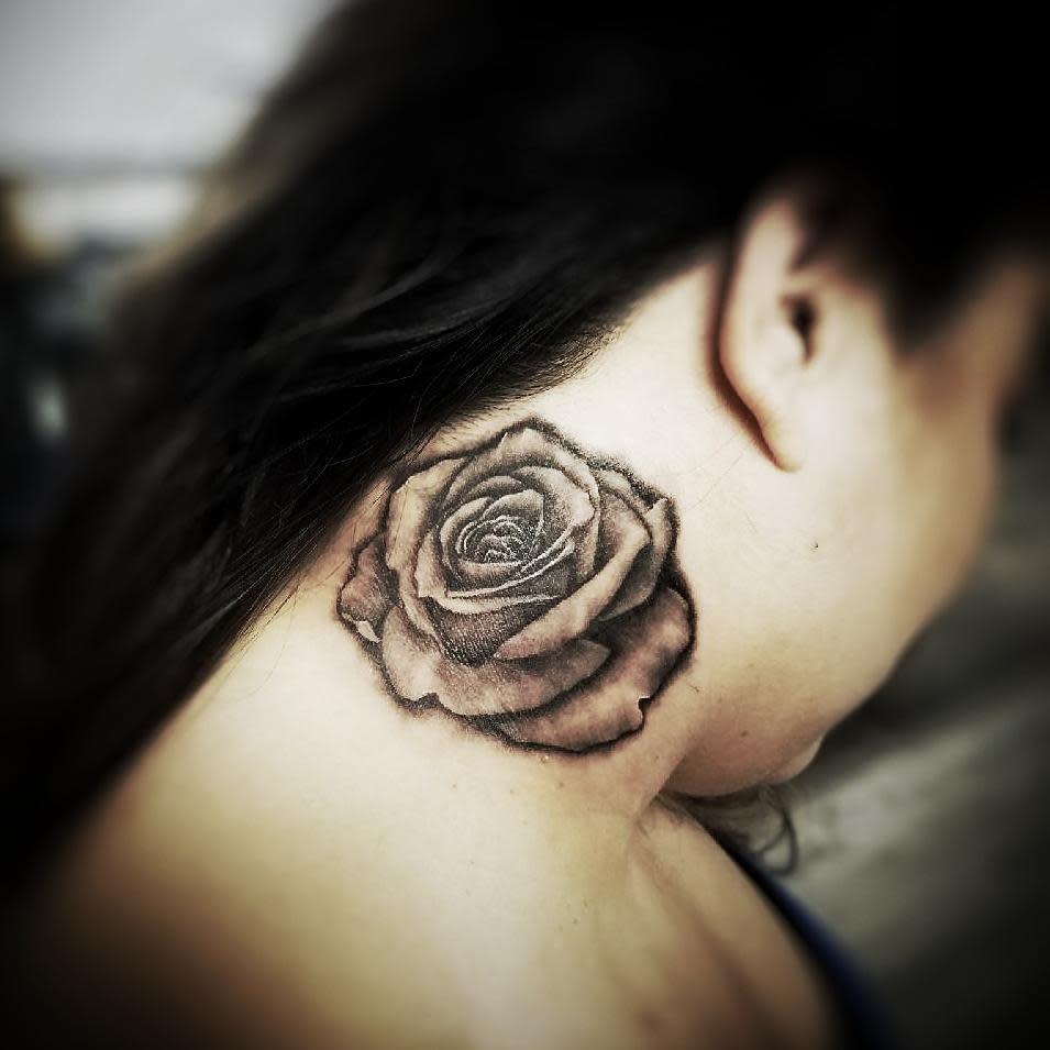 Tatouages en col de rose blackwork darias_216