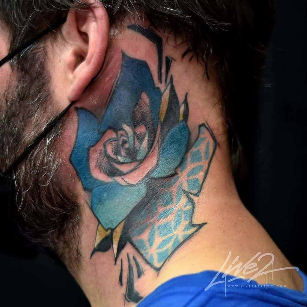 Tatouages à l'aquarelle et au cou rose