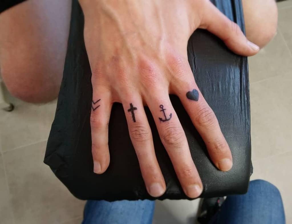 Tatouages de doigts à petits symboles sam.r_tattoo
