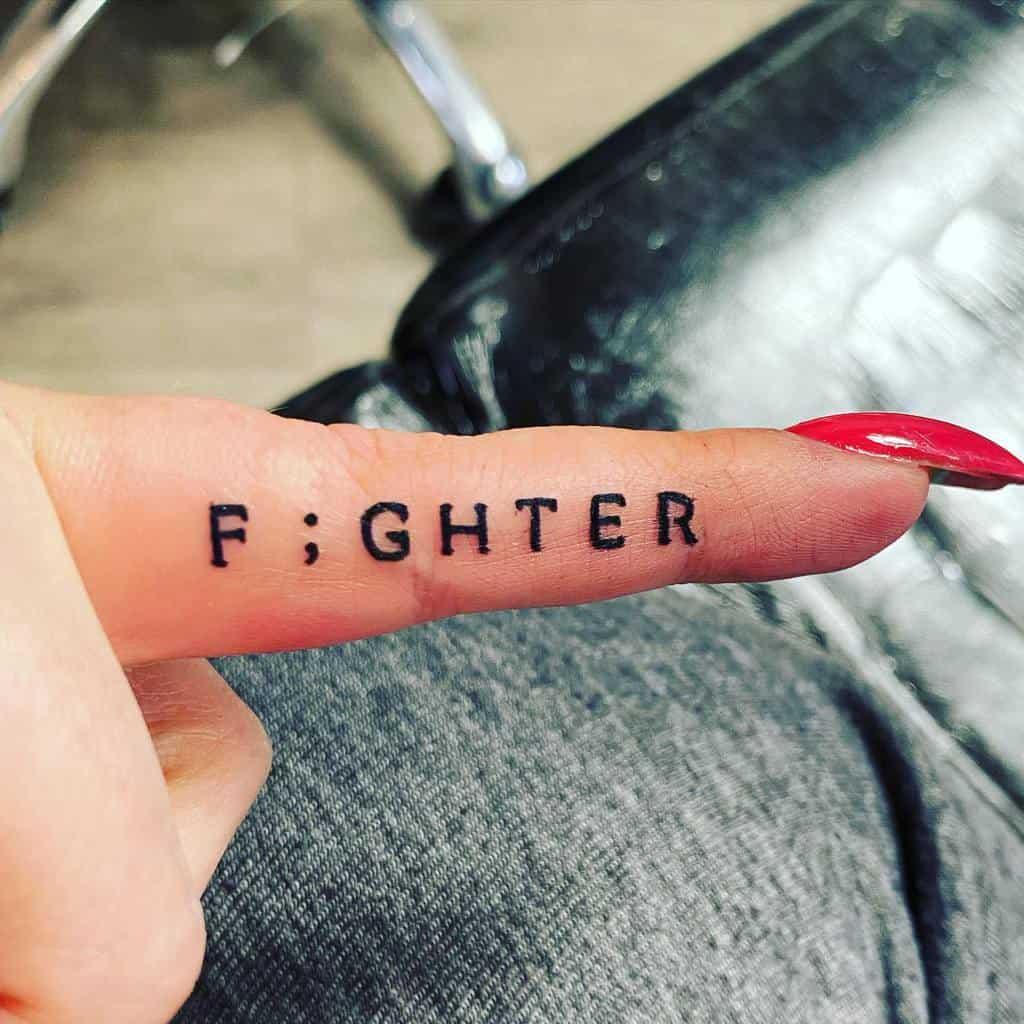 Les tatouages au doigt et aux petits mots sont évalués à l'échelle