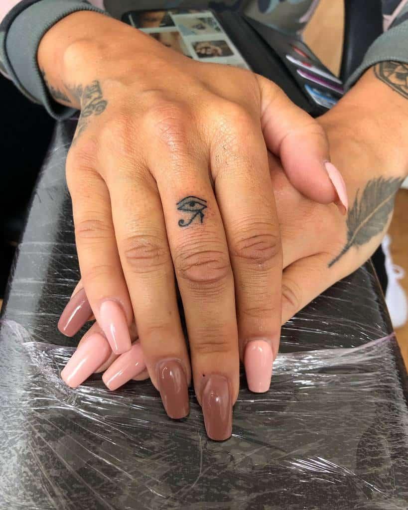 Tatouages de doigts à petits symboles tatoués par Faatttz